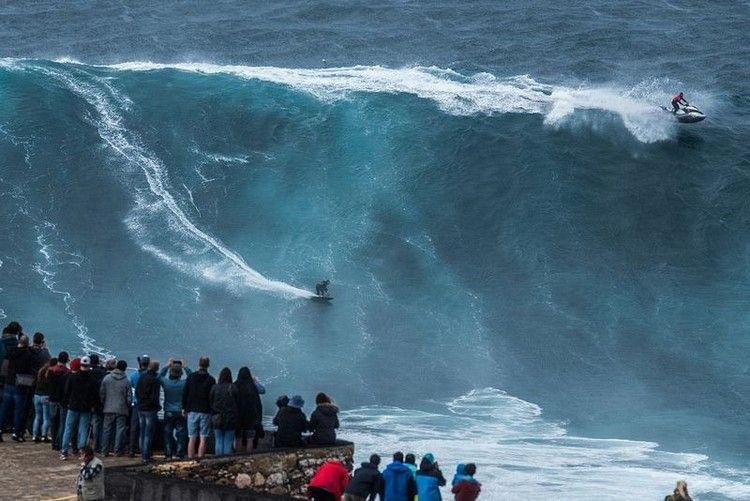 大津波でサーフィン3