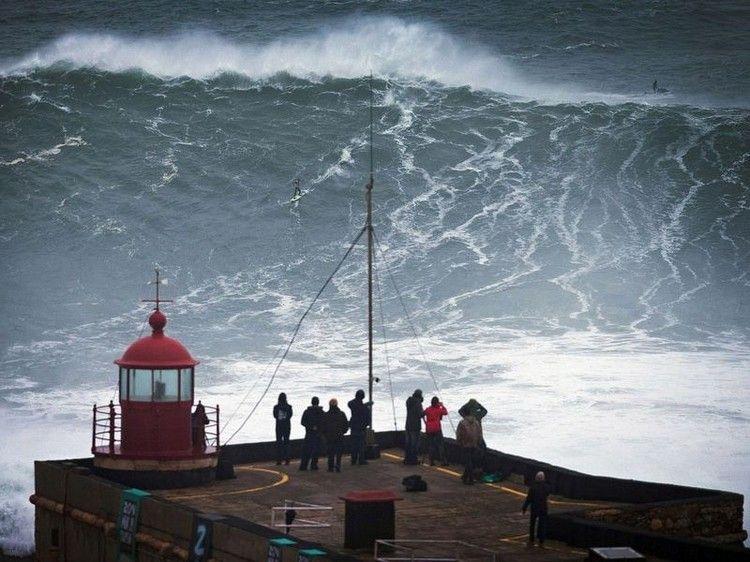 大津波でサーフィン5