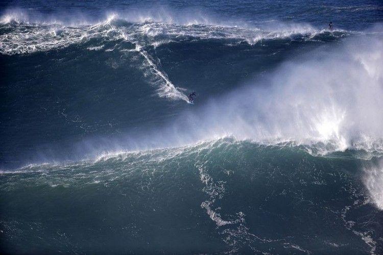 大津波でサーフィン4