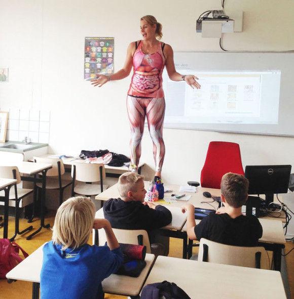服を脱ぎ授業をする教師1