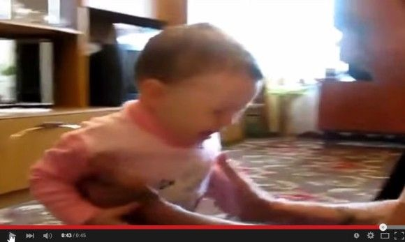 赤ちゃんから子猫を取り返そうとする親猫7