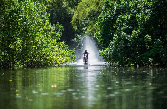 バイクでサーフィン2