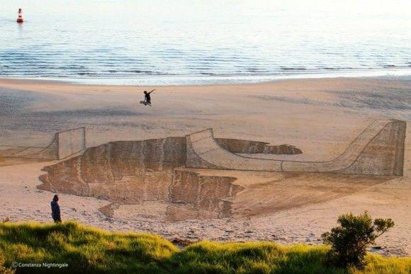 砂浜に書いたトリックアートが凄い4
