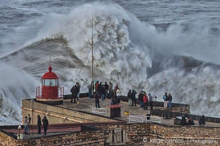 大津波でサーフィン1