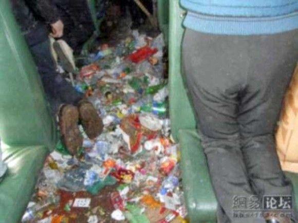 中国の電車の車内がきたない5