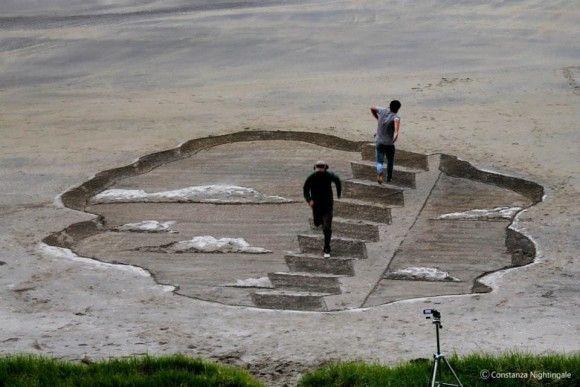 砂浜に書いたトリックアートが凄い6