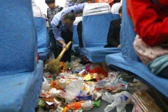 中国の電車の車内がきたない2