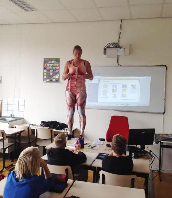 服を脱ぎ授業をする教師3