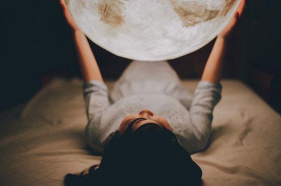 部屋に月のオブジェ8