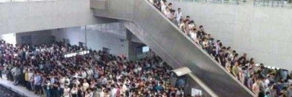 中国の電車の車内がきたない0