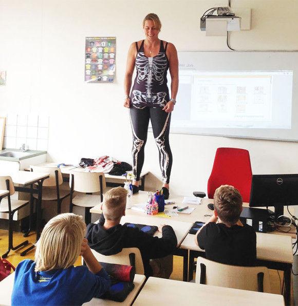 服を脱ぎ授業をする教師2