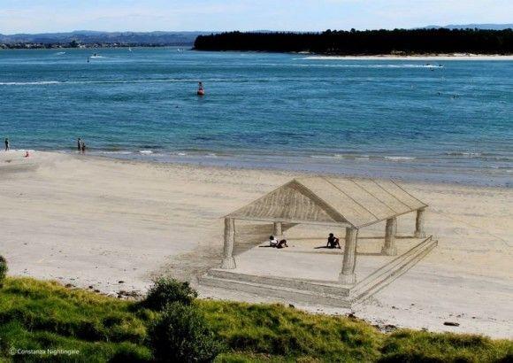 砂浜に書いたトリックアートが凄い2