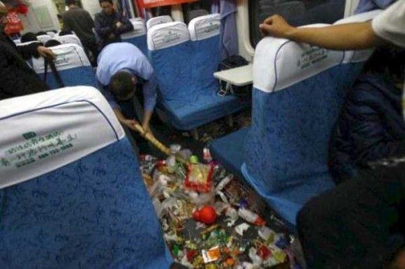 中国の電車の車内がきたない1