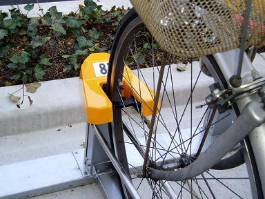有料駐輪場で料金発生しないように停めてるチャリのブレーキワイヤー片っ端から切ると犯罪になる?