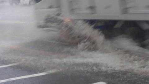 自転車乗ってたら上から水かけられたったwww