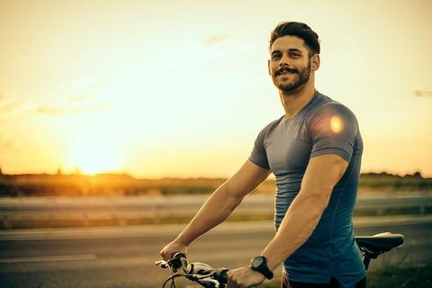 【問】あなたは、自転車で坂道を下っています。物凄いスピードです。