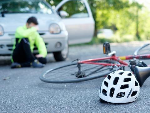 車に轢かれたのに逃げる自転車乗りさん!!!!!!!!