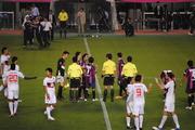 試合後審判に詰め寄る選手達。監督もカンカン
