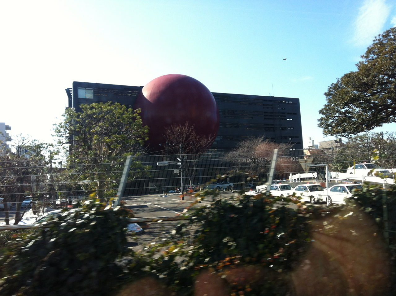 赤い球体ビル@日の丸自動車学校(東京・目黒)