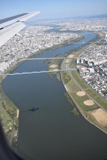 搭乗している飛行機の陰が川面に