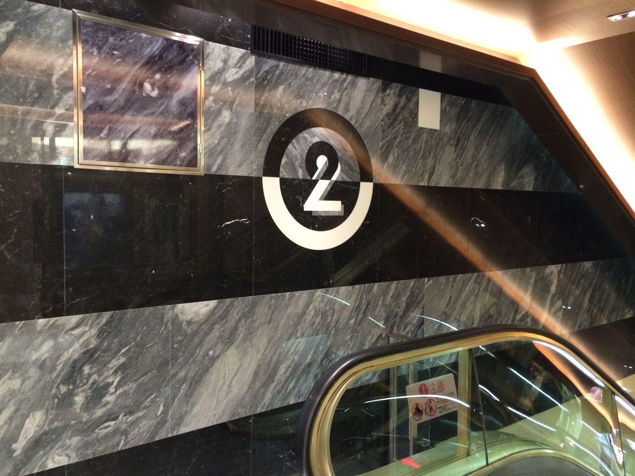 二階エスカレーター壁面