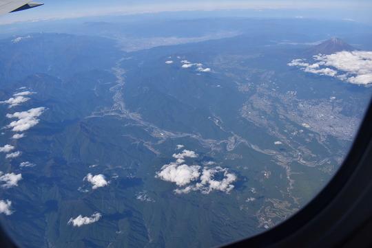 富士川上空。甲府盆地からの流れが一望で右に富士山な構図