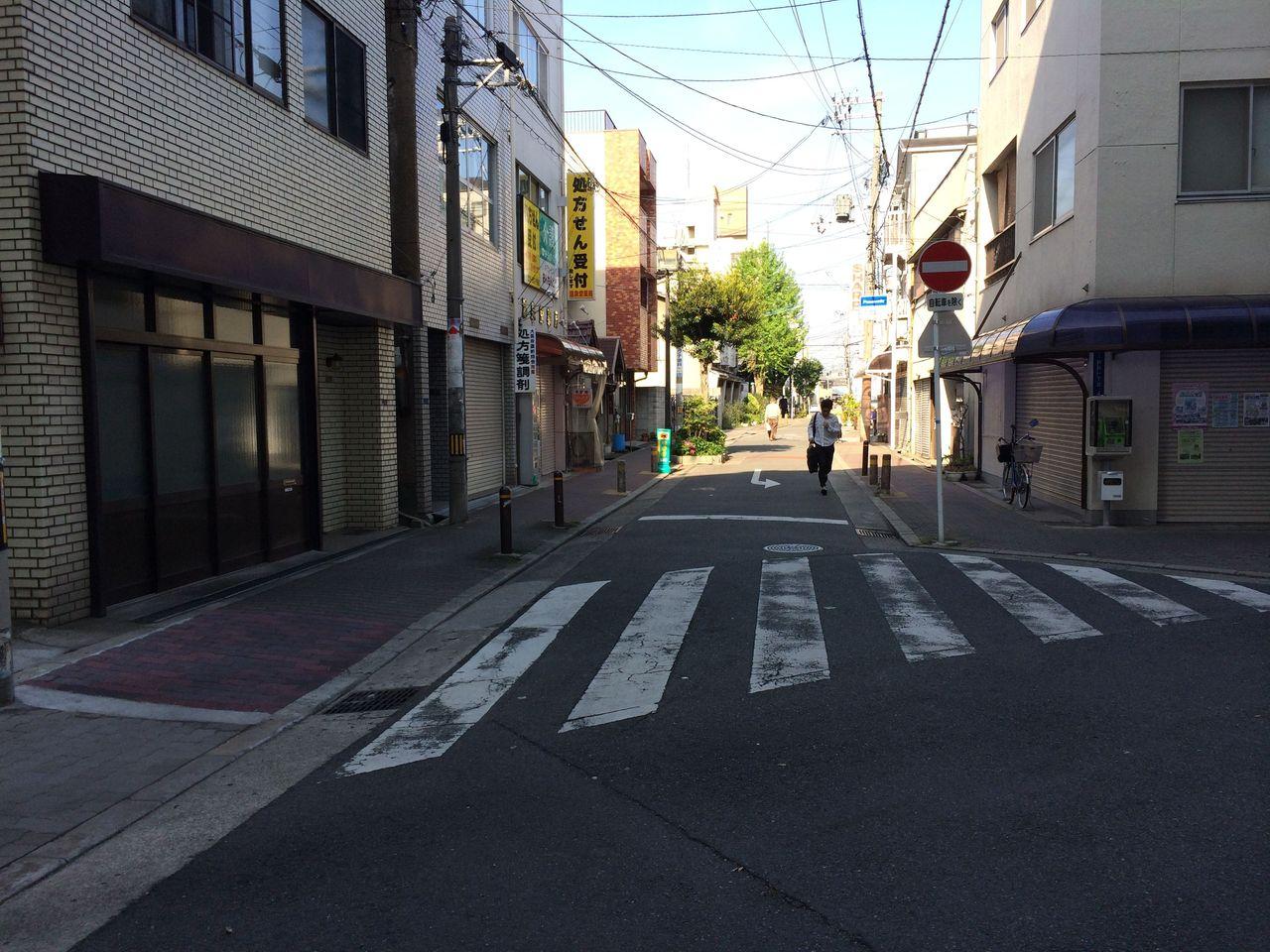 右斜め後ろの道路を直進