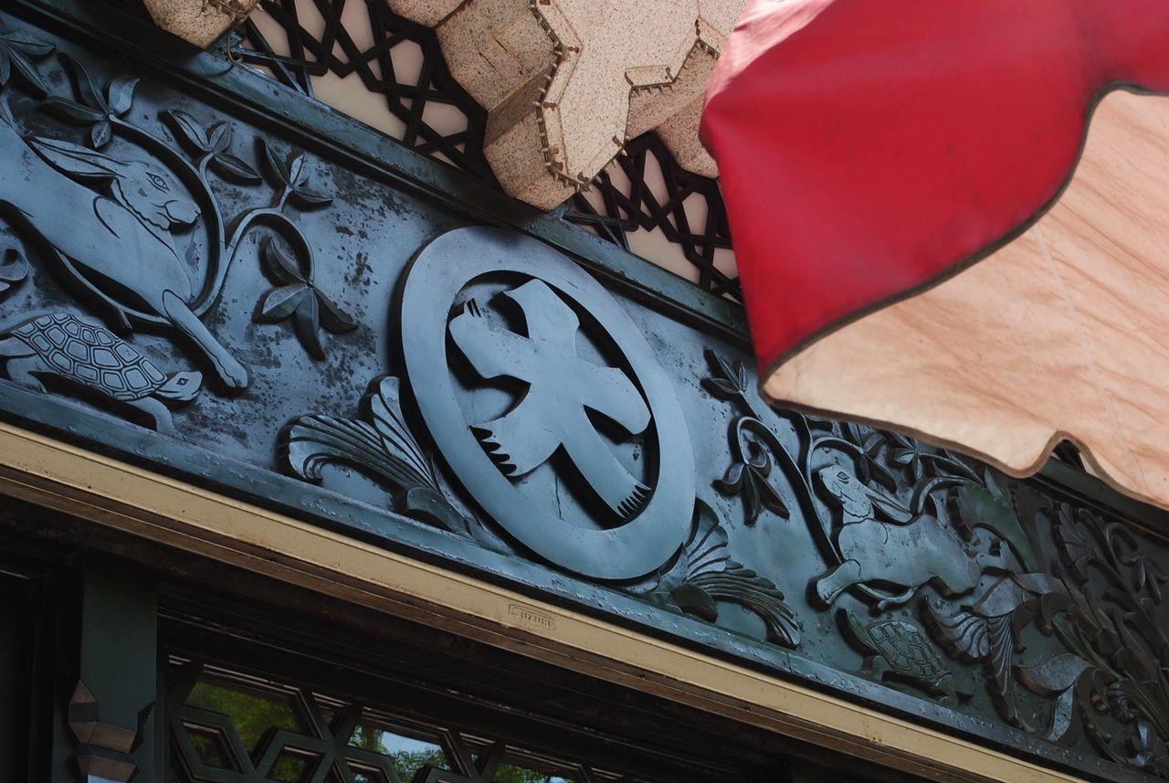 黒塗りの正面入口-3