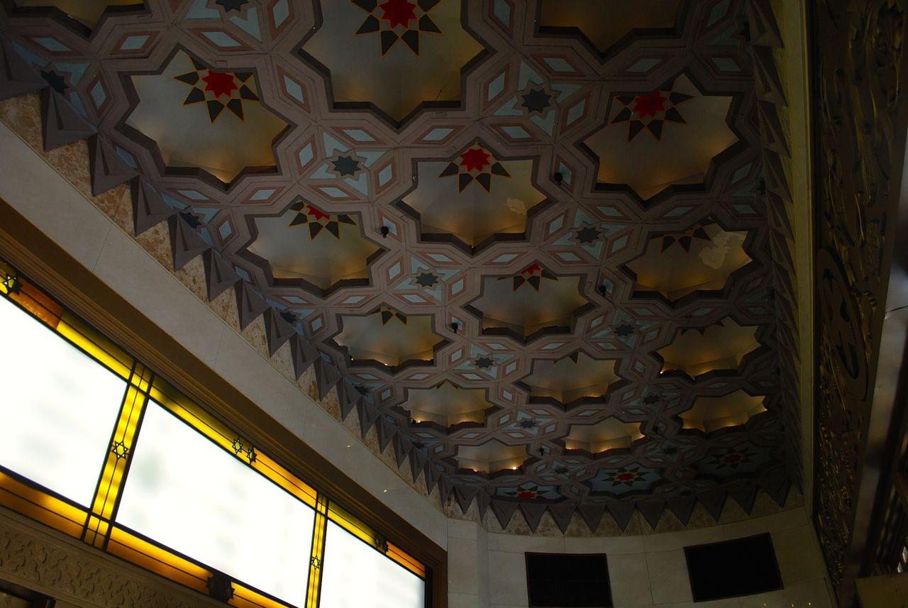 二重構造の正面入口天井