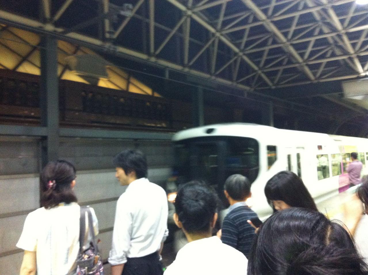 東京駅中央線ホームに入線する特急かいじ