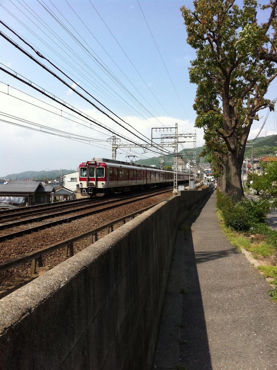 近鉄電車の線路沿い