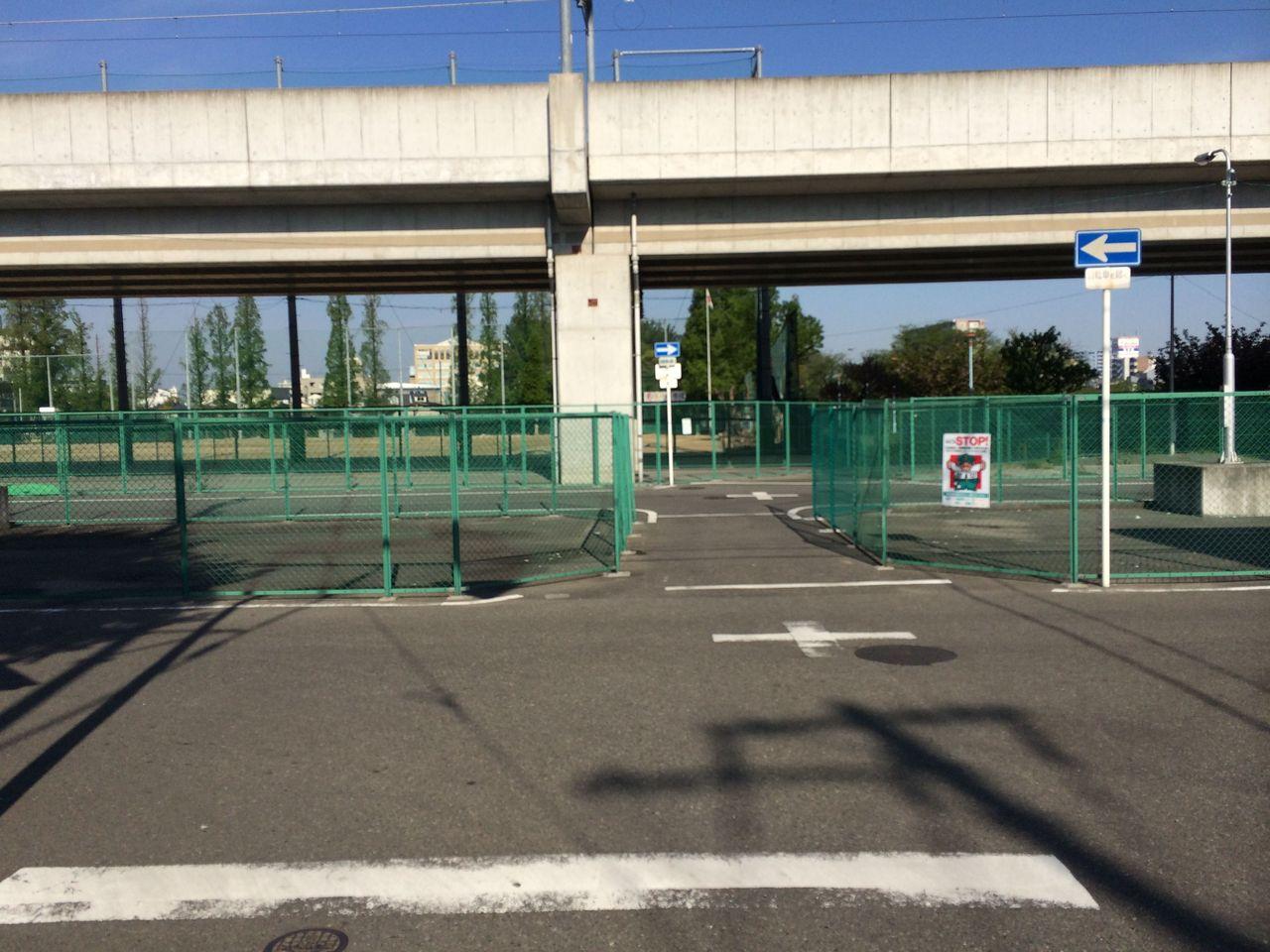 阪和線高架下の道路を左へ
