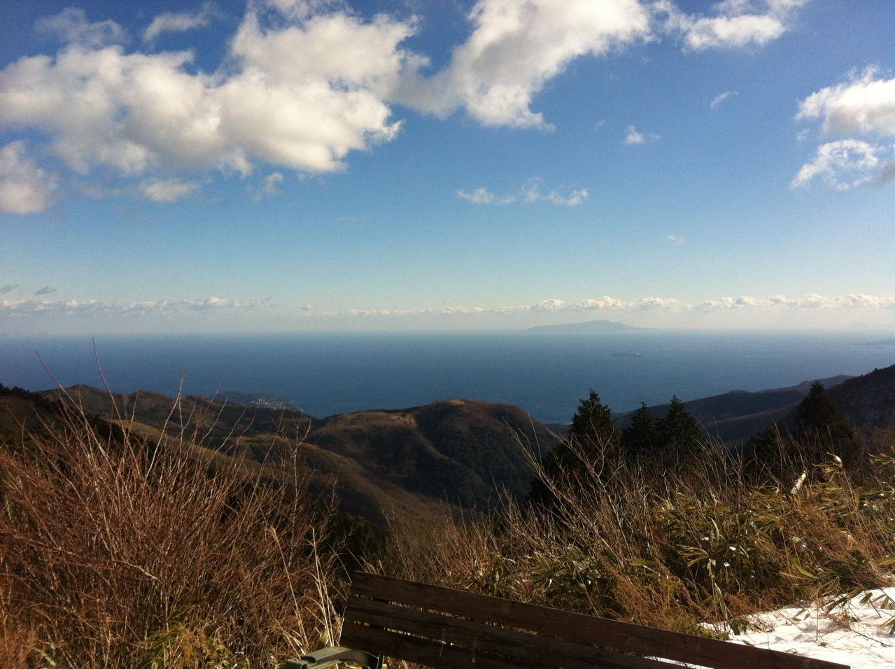 相模湾から伊豆大島を望む
