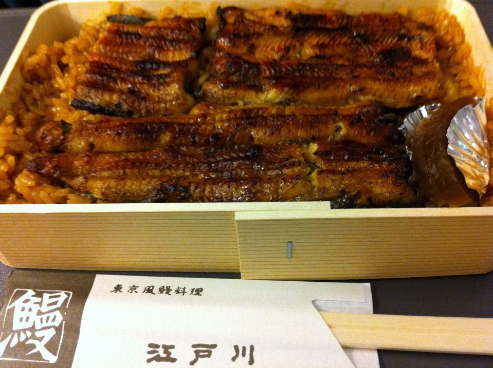 江戸川の鰻弁当 東京風に焼くのがウリなお店なので、鰻はふっくらと上品な焼き上がりでした... う