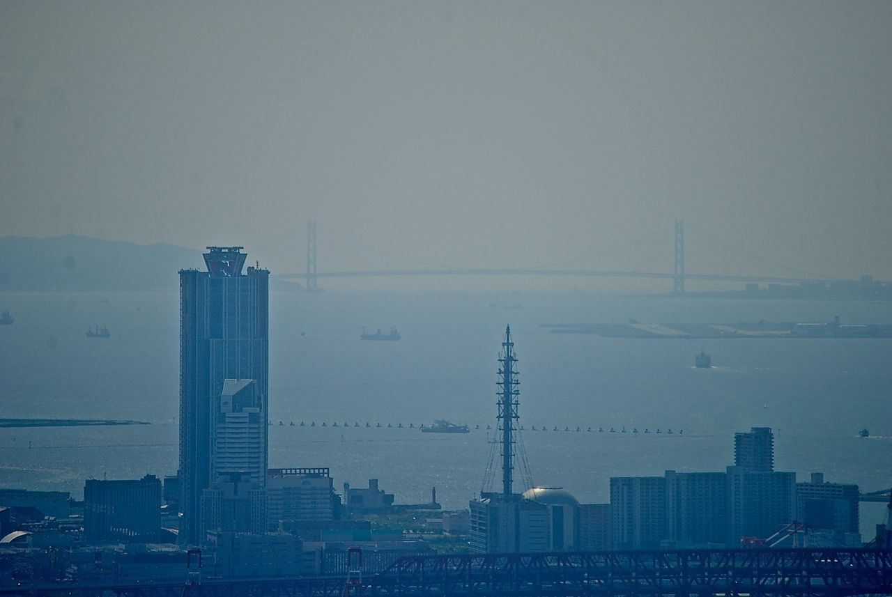 南港ATCの向こうに明石海峡大橋