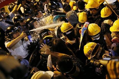 香港民主派と警官隊が衝突
