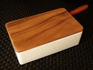『陶器のバターケース』