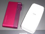 どピンクな新携帯と、真っ白な旧携帯