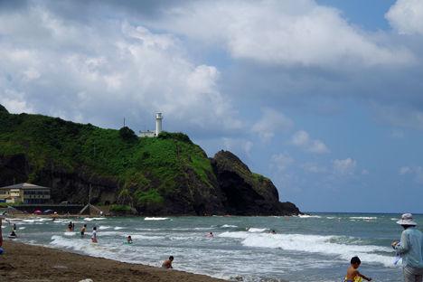 新潟に来たのですから日本海で泳がないとと、灯台の見える海水浴場に!