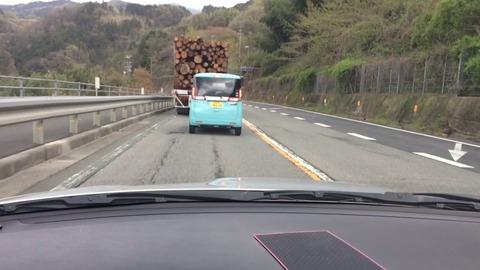 大型トラックドライバー俺「オラオラオラオラwwwwwwwwwwww」一般車「ひえぇぇぇぇ」