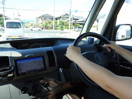 免許取得目指すものです 運転中にスピードメーターってどれくらいの頻度で見るものなんですか?