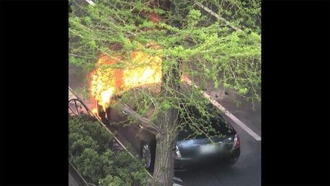 【東京】イタリアの超高級車、「マセラティ」 路上で突然の炎上/世田谷区