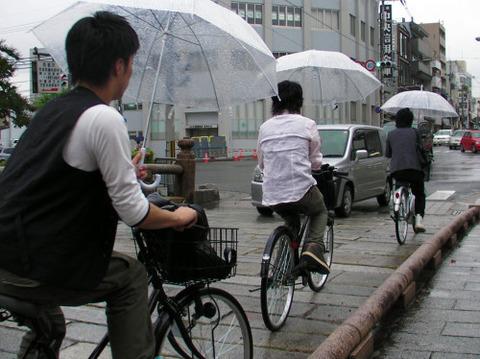 傘さし歩道走行自転車 クロスボウで撃たれる
