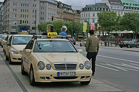 車に詳しい奴「ベンツなんてドイツじゃタクシーレベル、Cクラスなんてカローラ扱いだぞ」俺「はぇ~」