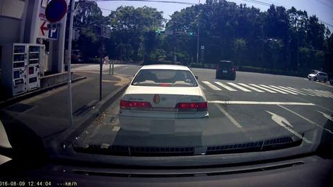 青信号パッ前の車進まない←何秒でクラクション鳴らす?