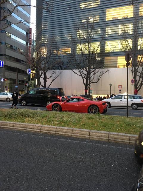 【画像】大阪の御堂筋でフェラーリ大破