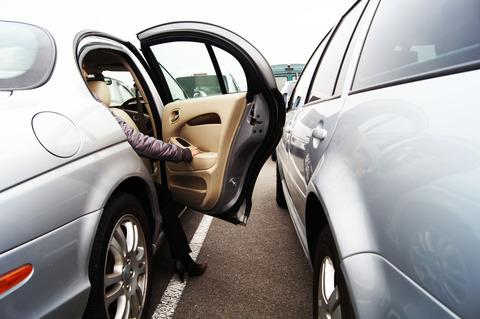 【悲報】スーパーに止めておいたワイの車助手席側のドアに凹みができる
