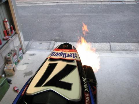 【大阪】中古バイク購入し初めてエンジンかけたら…突然火を吹き車庫が全焼