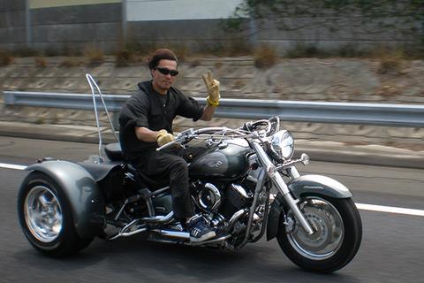 3輪バイクにノーヘルで乗ってるにいちゃんいたけどええんか