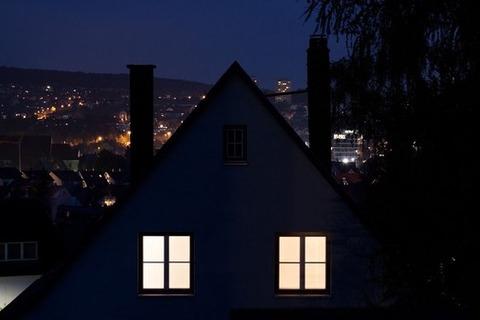 新聞配達員「うわ、またあの家深夜なのに電気付けてる・・・」